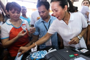 <span>Presidential candidate and Senator Grace Poe casts her vote at the Sta. Lucia Elementary School in San Juan City, May 9, 2016.</span>